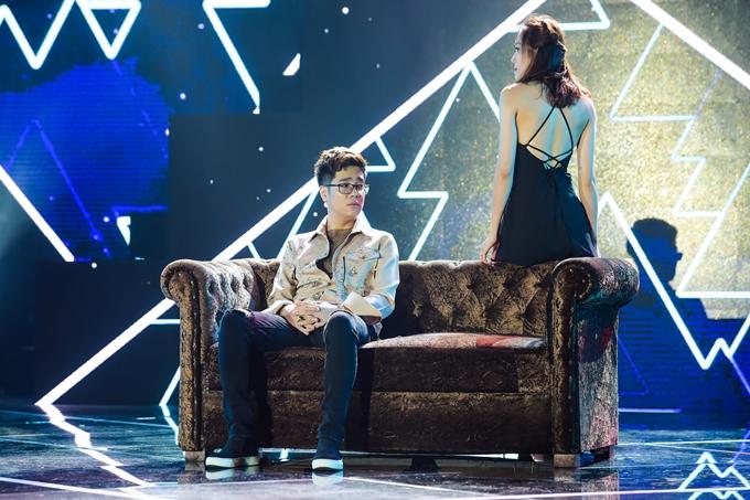 Anh vừa hát vừa diễn xuất tâm trạng cùng một vũ công nữ trên sân khấu.