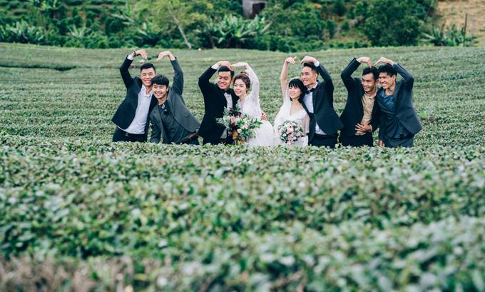 Những người bạn của cô dâu chú rểtrong ekip chụp còn trở thành nhân vật phụ trong vài tấm hình, thể hiện sự nhắng nhít bên hai cặp vợ chồng.
