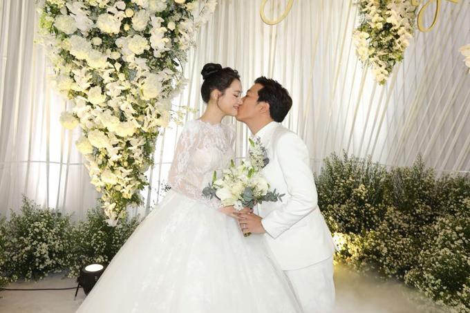 Trong tiệc cưới vào tối 25/9 tại Sài Gòn, Nhã Phương diện váy cưới bồng bềnh như công chúa giữa không gian tràn ngập hoa tươi. Người đẹp phim Tuổi thanh xuân cười hạnh phúc sóng đôi bên ông xã Trường Giang đón tiếp các vị khách mời.