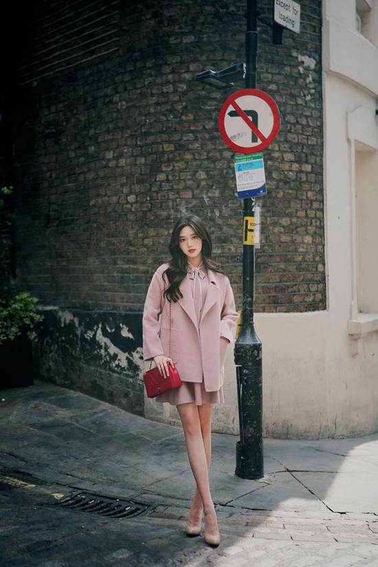 Màu hồng xám phù hợp với các bạn gái có làn da trắng sáng. Tuy nhiên để set đồ không quá nhạt nhoà trong ngày thu, các nàng nên chọn phụ kiện tông màu nóng để làm điểm nhấn cho tổng thể.
