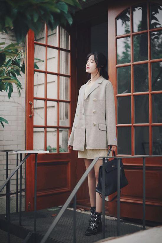 Phối áo vest dáng rộng cùng các kiểu váy liền thân, váy suông, phụ kiện tối màu là công thức được các fashionista Hàn Quốc yêu thích ở mùa này.