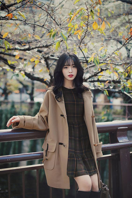 Đối với những bạn gái có vóc dáng nhỏ nhắn nên chọn cách phối màu đồng điệu giữa váy và áo khoác. Sự hài hoà giữa các trang phục sẽ phần nào che đi khuyết điểm về hình thể.