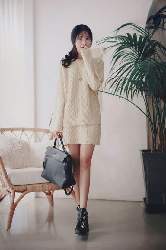 Ngoài các kiểu áo choàng mỏng được các tín đồ thời trang nhiệt tình lăng xê là các kiểu váy ngắn, áo dài tay thiết kế trên chất liệu len.