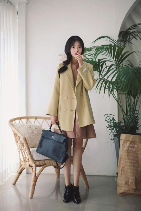 Tiết trời mùa này chưa phù hợp lắm việc việc diện măng tô, đổi lại phái đẹp có thể chọn các kiểu áo khoác mỏng, áo blazer dáng dài để mix đồ đi làm.