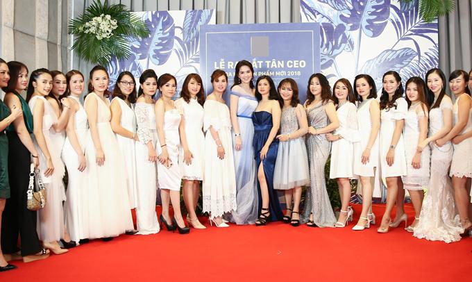 Nữ hoàng nội y chụp ảnh cùng các cộng sự và nhân viên trong sự kiện. Cô tự nhận mình chỉ là người kinh doanh tử tế, chưa phải là doanh nhân giỏi. Ngoài vai trò CEO của công ty mỹ phẩm, Ngọc Trinh khá thành công khi mở shop thời trang, kinh doanh spa tại TP HCM.