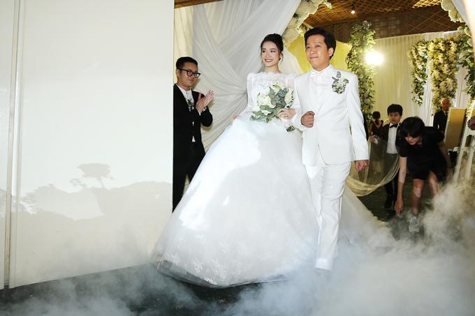 Khoảng 19h30 ngày 25/9, hôn lễ của Trường Giang - Nhã Phương được cử hành tại một trung tâm tiệc cưới lớn tại TP HCM với hàng trăm vị khách mời, trong đó có rất đông nghệ sĩ.