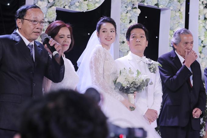 Bố mẹ Nhã Phương (trái) và cha Trường Giang (phải) đại diện cho hai gia đình lên sân khấu gửi lời cám ơn đến các vị khách đã đến dự ngày vui của hai con.