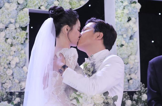 Sau thủ tục chúc rượu đấng sinh thành, MC Đại Nghĩa đã ép cô dâu, chú rể hôn nhau để bày tỏ tình cảm trước sự chứng kiến của mọi người.