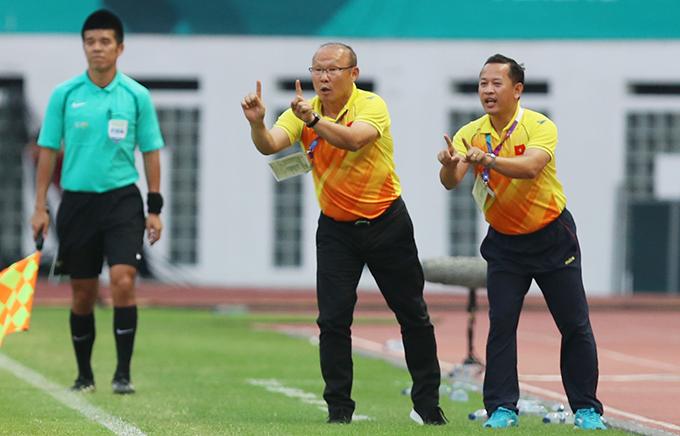 Trợ lý Lê Huy Khoa được xem như người truyền lửa từ HLV Park Hang-seo tới các cầu thủ. Ảnh: Đức Đồng.