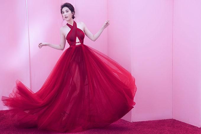Nhân dịp sinh nhật, Ngọc Trinh thực hiện bộ ảnh mới. Cô diện váy cut-out, tùng xoè kiểu công chúa, tạo dáng tự nhiên trước ống kính.