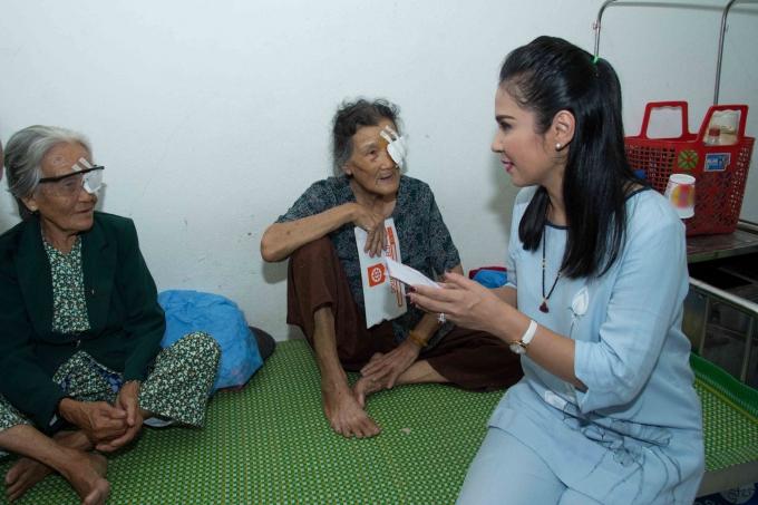 Ngoài chi phí di chuyển và sàn lọc thủy tinh thể, Việt Trinh gửi thêm ủng hộ cho bà con trang trải cuộc sống.