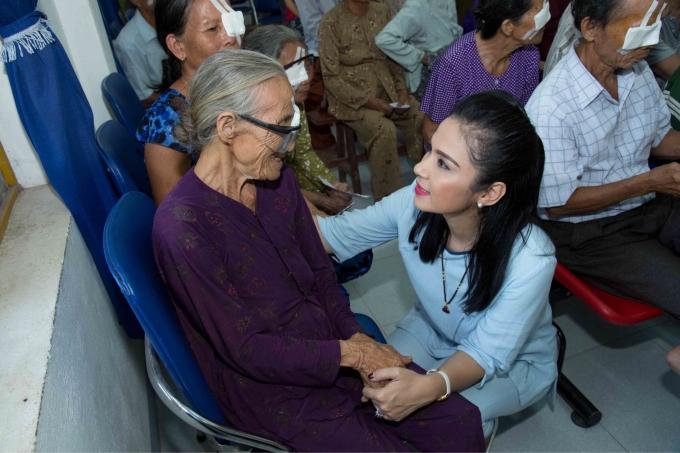 Việt Trinh tận tình hỏi thăm sức khoẻ, động viên tình thần từng cụ già trong chuyến đi. Tôi hạnh phúc khi được mọi người nhận ra và bày tỏ tình cảm, nữ diễn viên bày tỏ.
