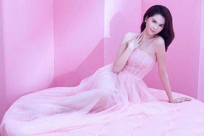Cô rất hài lòng với cuộc sống hiện tại ở Sài Gòn. Ngọc Trinh tiết lộ cô đang yêu và muốn gắn bó lâu dài với bạn trai doanh nhân.