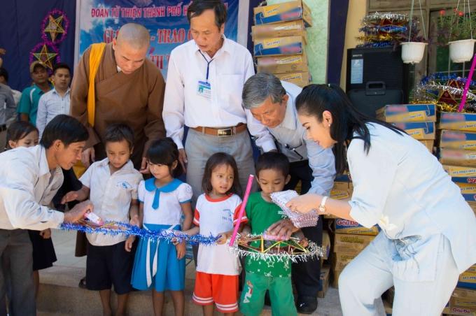 Trong chuyến đi, Việt Trinh còn trao 100 phần quà cho học sinh trường tiểu học Trà Thanh, huyện Tây Trà,tỉnh Quảng Ngãi. Mỗi phần quà gồm gạo, mỳ, bánh trunh thu, tập vở... được trao tận tay các em nhỏ.