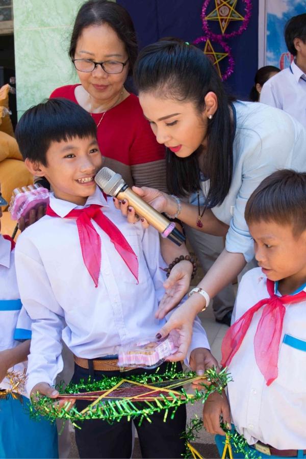 Các em học sinh vui mừng đón nhận phần quà ấm áp về vật chất lẫn tinh thần nhân dịp Tết Trung thu.