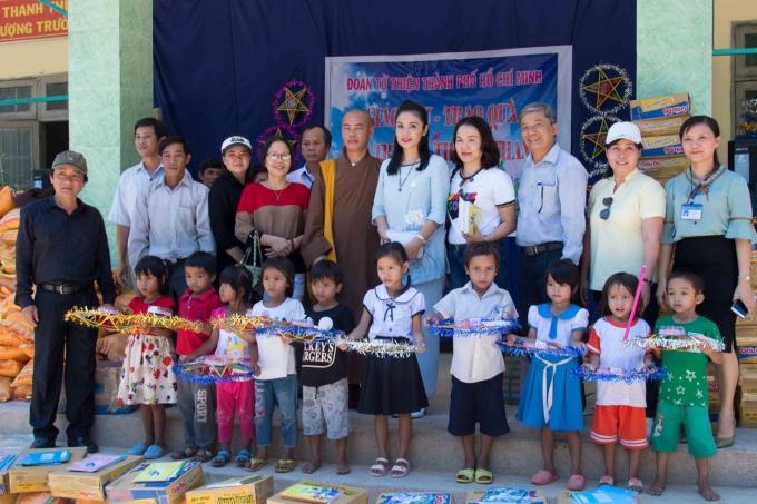 Việt Trinh chụp hình kỷ niệm cùng đoàn từ thiện và các em thiếu nhi.