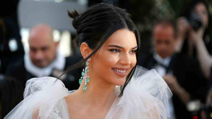 10. Kendall Jenner - 500.000 USD: Siêu mẫu Mỹ và nhân vật truyền hình thực tế sở hữu 93 triệu follower trên Instagram. Ở tuổi 22, cô là người mẫu được trả lương cao nhất năm 2017 với thu nhập 22 triệu USD. Ảnh: Reuters.
