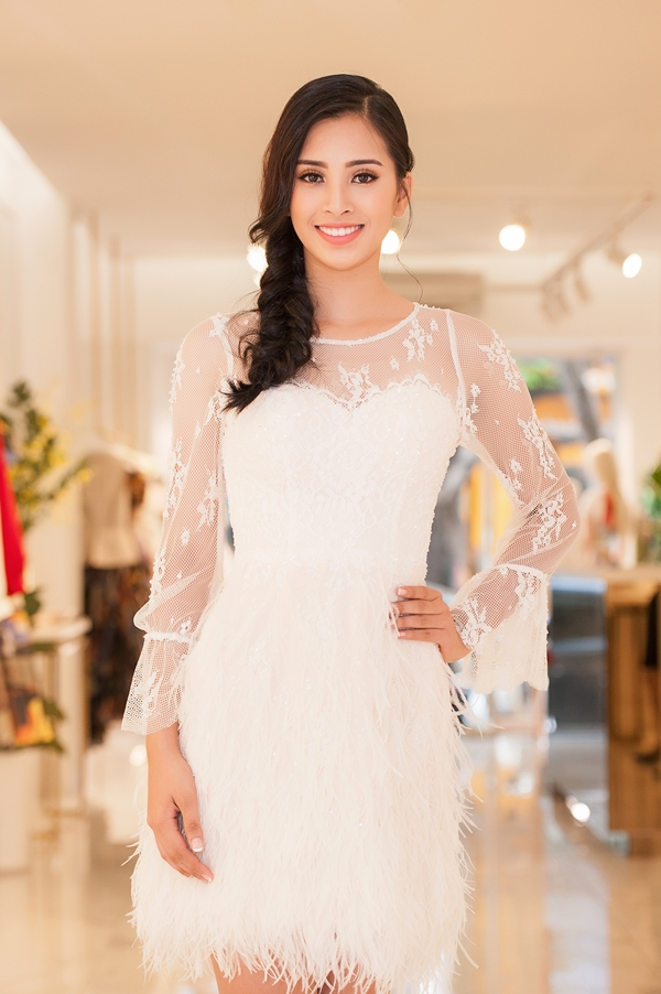 Trần Tiểu Vy khoe nhan sắc trong một chiếc đầm đính lông vũ của nhà thiết kế Lê Thanh Hòa trong buổi thử trang phục.