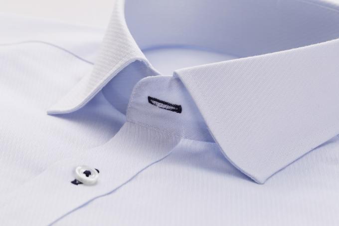 Người dùng có thể giặt áo bằng máy giặt, rũ hoặc kéo phẳng trước khi phơi sau đó mặc luôn khi khô mà không cần là phẳng.