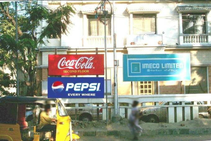 Khi Coca-Cola mở văn phòng tại một địa điểm, treo bảng chỉ dẫn họ ở tầng 2, Pepsi ít ngày sau treo tấm biển mình ở mọi nơi chỉ để đùa vui. Ảnh: Hongkiat.