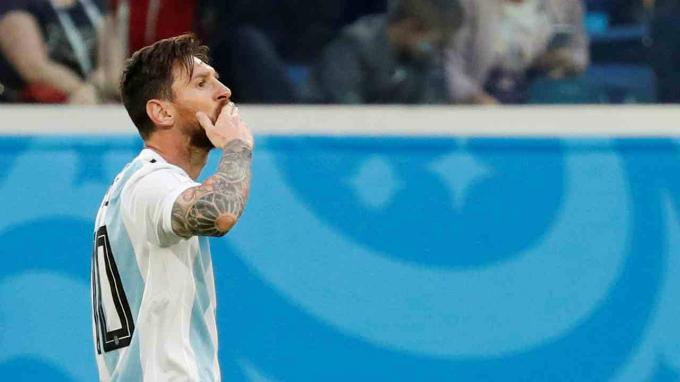 10. Lionel Messi - 500.000 USD:Đồng hạng10 là một trong những cầu thủ bóng đá được mến mộ nhất thế giới. Với 97 triệu follower, Messi nằm trong top người ảnh hưởng trên mạng xã hội, giúp anh kiếm những khoản khổng lồ từ đăng bài quảng cáo. Ảnh: Reuters.