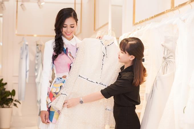 Tân Hoa hậusẽ đại diện Việt Nam tham gia Miss World 2018 tại Hải Nam, Trung Quốc. Tuy nhiên, trong hơn một thángtới, Tiểu Vy cần nỗ lực hoàn thiện nhiều kỹ năng, chuẩn bị các phần thi khác nhau.