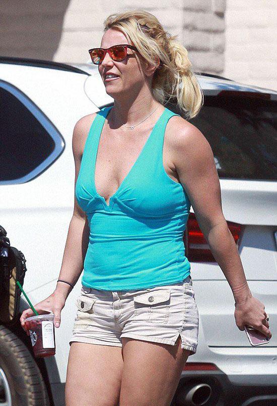 Mặc chiếc áo phông bó sát, Britney để lộ bụng mỡ và thân hình kém săn, khác hẳn hình ảnh gợi cảm trên sân khấu một tháng trước.