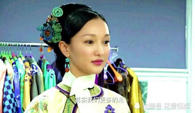Trong các tấm ảnh lộ diện, Như Ý (Châu Tấn) xuất hiện với trang phục trang có màu sắc trang nhã, chuẩn mực thời Thanh cùng cách vấn tóc đơn giản.