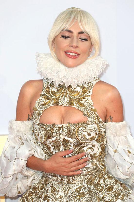 Trang phục cắt xẻ khéo khoe vòng một của Lady Gaga.