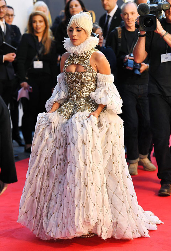 Giọng ca Born This Way gây chú ý với bộ đầm phong cách quý tộc Anh. Thiết kế cầu kỳ này là của thương hiệu thời trang Alexander McQueen năm 2013.