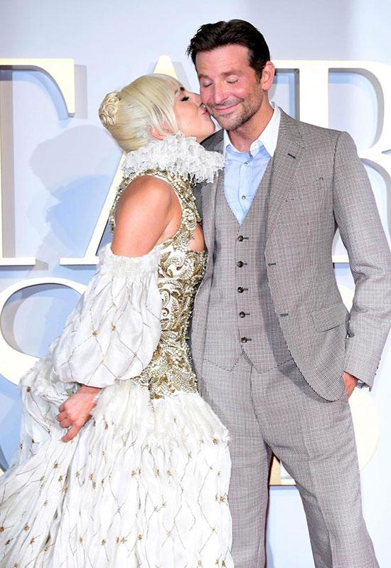 Một tài tử điện ảnh đóng phim ca nhạc với một nữ ca sĩ nhưng họ đã kết hợp ăn ý và rất đỗi ngạc nhiên về tài lẻ của nhau. Khi hợp tác đóng phim này, Bradley đã thốt lên với Gaga: Em là một nữ diễn viên thực thụ. Gaga cũng không ngừng khen ngợi Bradley có giọng hát giống như một ca sĩ chuyên nghiệp.
