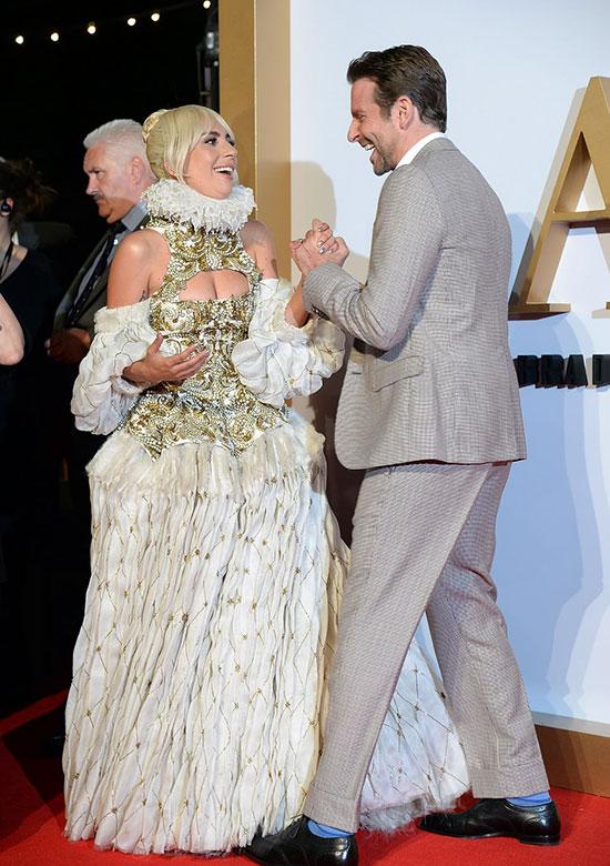 Gaga vui mừng hội ngộ bạn diễn Bradley Cooper.