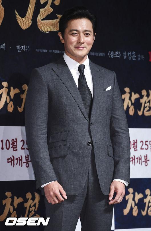 Trong khi đó, Jang Dong Gun có phần phát tướng, vóc dáng mập mạp lộ rõ sau bộ vest. Ngoài Rampant, Jang Dong Gun đang góp mặt trong dự án Asadal Chronicles đóng cùng Song Joong Ki. Bộ phim dự kiến ra mắt vào 2019 tới trên đài TvN.