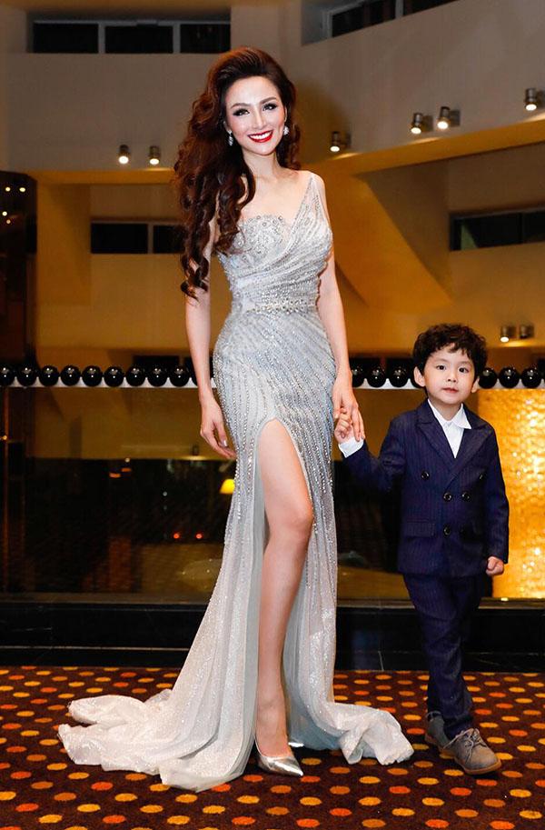 Diễm Hương diện váy xẻ vạt sexy, dắt con trai đi chấm thi nhan sắc ở Malaysia.