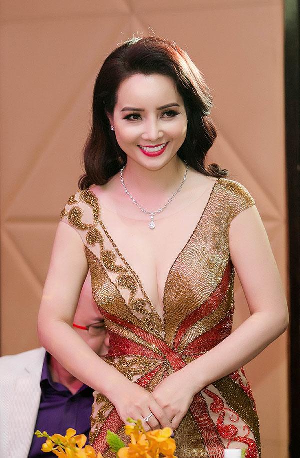 Diễn viên Mai Thu Huyền cũng sang Malaysia chấm thi nhan sắc của các nữ doanh nhân gốc Việt.