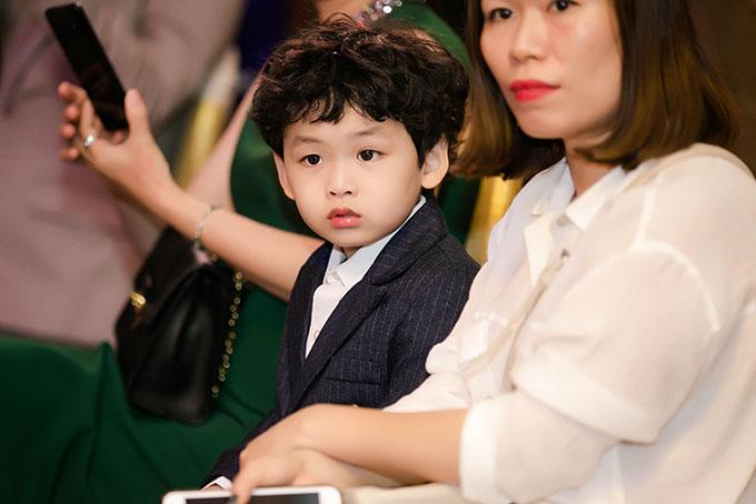 Khi mẹ ngồi ghế nóng, bé Noah được chuyên gia trang điểm của Diễm Hương chăm sóc. Cậu bé tỏ ra ngoan ngoãn, không quấy khóc khi mẹ bận làm việc.