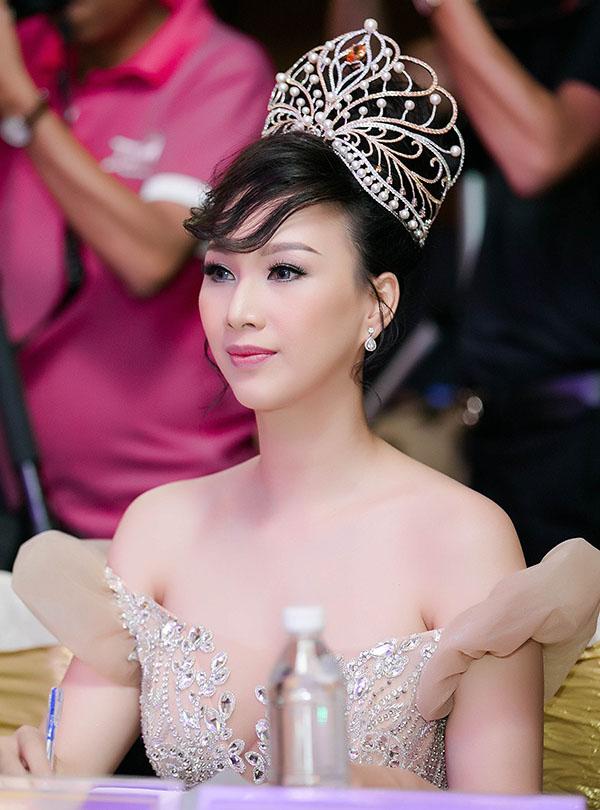 Hoa hậu Doanh nhân Toàn năng châu Á 2018 Paris Vũ khoe vai trần gợi cảm với thiết kế trễ nải, may bằng vải xuyên thấu.