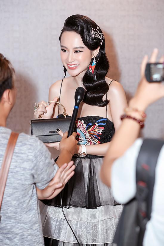 Người đẹp dành được sự quan tâm của báo chí vì cách chăm chút cho phong cách thời trang.