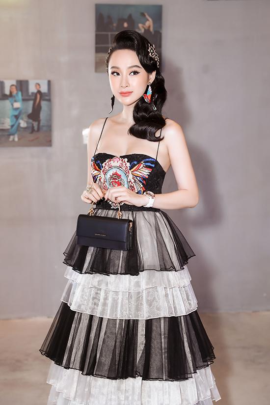 Sau hợp đồng làm đại diện cho thương hiệu đồng hồ nổi tiếng cô tiếp tục được mời quảng bá cho thương hiệu túi xách hàng hiệu bình dân.
