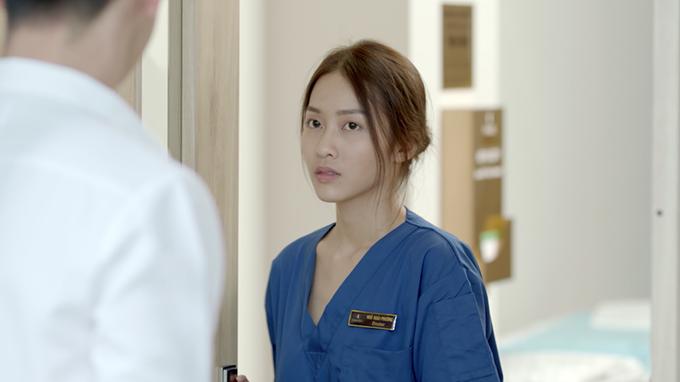 Khả Ngân vào vai bác sĩ Hoài Phương, ứng với vai bác sĩ Kang Moe Yeon do Song Hye Kyo đóng trong bản gốc.