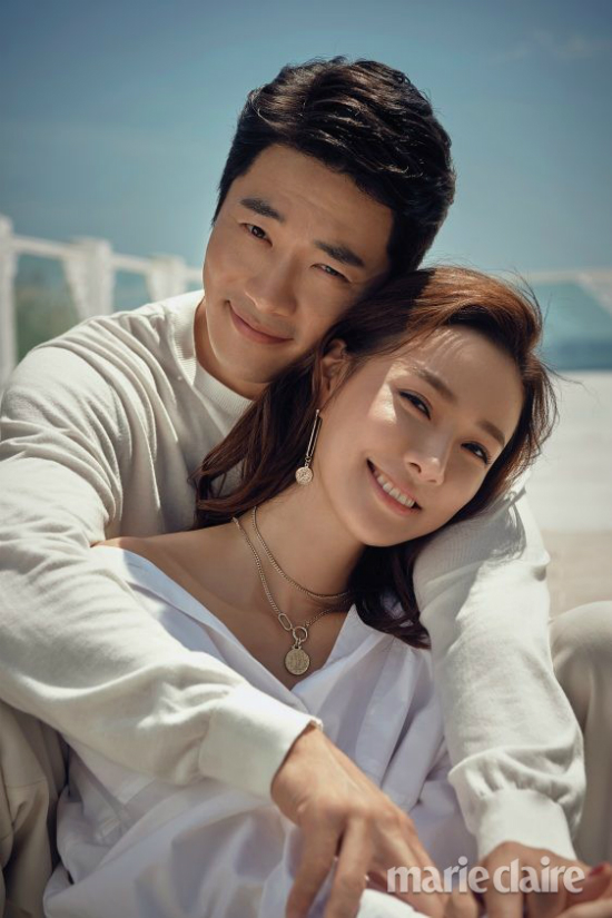 Đầu tháng 9, Kwon Sang Woo cùng vợ và hai con tới Bali chụp bộ hình cho tạp chí Marie Claire số mới để kỷ niệm 10 năm hôn nhân viên mãn. Son Tae Young chia sẻ, 10 năm là một dấu mốc hết sức đặc biệt với vợ chồng cô, vì thế, hai người quyết định nhận lời đưa con xuất hiện trong bộ ảnh. Đây là lần đầu tiên Rok Hee, Ri Ho xuất hiện công khai trên mặt báo.