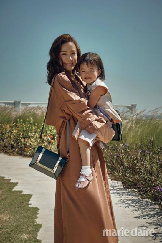 Con gái Ri Ho trong vòng tay mẹ. Em bé chào đời năm 2015, hiện đã hơn 3 tuổi, khuôn mặt khá giống mẹ.