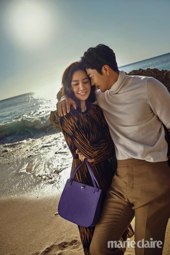 Đôi vợ chồng mặc đồ hiệu màu sắc ton sur ton, hạnh phúc ngập tràn trên gương mặt họ.