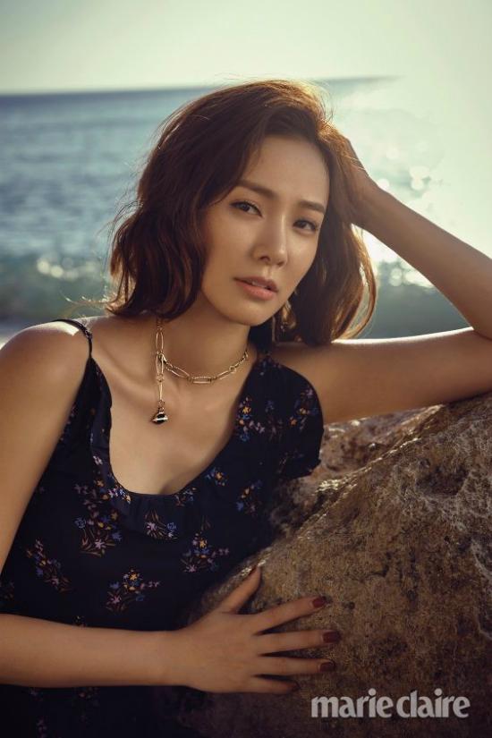 Một số hình ảnh của Son Tae Young trong buổi chụp hình. Bà xã của Kwon Sang Woo từng đoạt danh hiệu Á hậu 2 trong cuộc thi Hoa hậu Hàn Quốc năm 2000. Cô tham gia một số bộ phim như Chuyến tàu hạnh phúc, Ngôi nhà ma, Chuyện phim buồn...