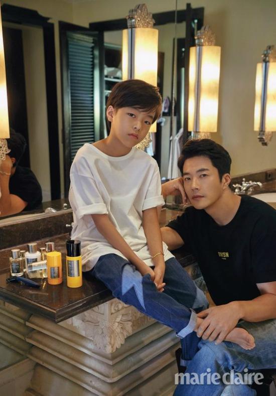 Những đường nét trên gương mặt con trai Kwon Sang Woo hầu hết giống ông bố nổi tiếng. Cậu bé đã 8 tuổi, trông cao gầy mảnh khảnh.