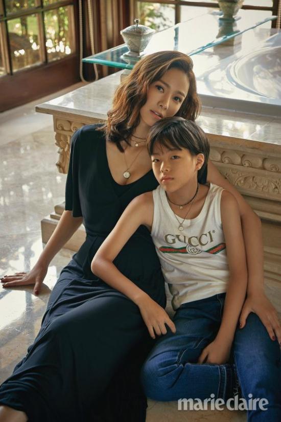 Trong khi đó, chia sẻ với Marie Claire, Son Tae Young nói bổn phận làm mẹ chiếm của cô rất nhiều thời gian, bởi cô phải chăm sóc các bé trong khi chồng bận công việc. Tuy nhiên, cô vẫn không bao giờ muốn từ bỏ đam mê diễn xuất, vì thế, nữ diễn viên thừa nhận cô phải cố gắng rất nhiều.