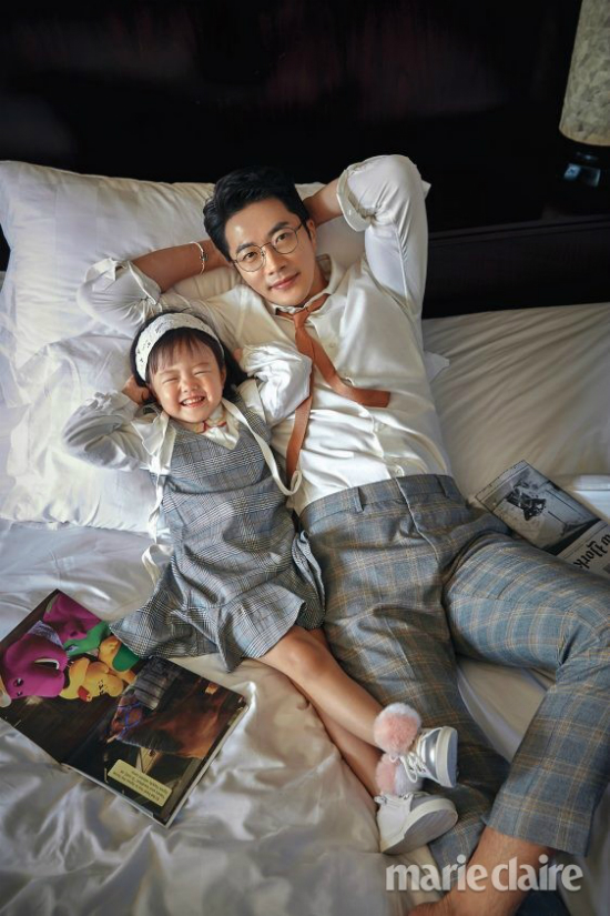 Kwon Sang Woo bên thiên thần nhỏ. Nam diễn viên nổi tiếng là người chồng, người cha mẫu mực trong giới nghệ sĩ Hàn. Khi con trai chào đời, anh từng đầu tư tiền mua một bất động sản giá trị ở Gangnam-gu, Seoul và lấy tên con trai đặt tên cho tòa nhà này. Hiện, tòa nhà được cho thuê. Ngoài ra, tài tử Nấc thang lên thiên đường còn mở công ty riêng hoạt động trong lĩnh vực giải trí vào năm 2014 và kinh doanh phát đạt.