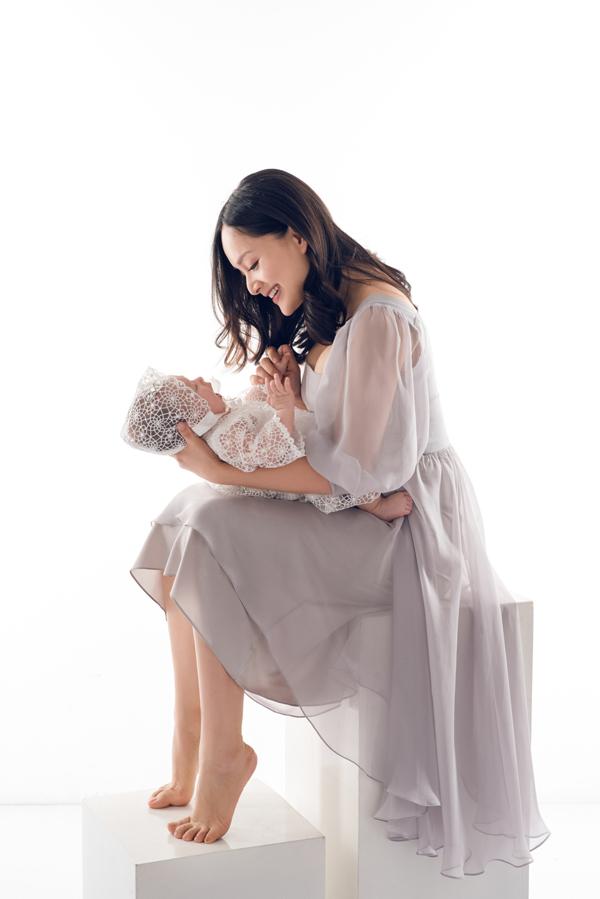 Lan Phương hạnh phúc nói về cuộc sống của bà mẹ bỉm sữa: Hàng ngày tôi vẫn tự chăm sóc con, trộm vía bé khỏe mạnh, lanh lợi và đáng yêu. Tôi nuôi con rất khoa học và từng ngày hạnh phúc nhìn con lớn lên. Bé đang trong giai đoạn tò mò khám phá thế giới xung quanh, nhạy cảm với tiếng động, chỉ một tiếng động nhỏ cũng làm bé dừng mọi hoạt đông lại để lắng nghe xem đó là gì. Bé thích nói chuyện và cười rất tươi. Bé bắt đầu biết ai là người lạ hay cảnh vật không quen thân thuộc và khi nhìn sẽ nhìn rất lâu để phân tích xem đây là đâu, người này là thế nào. Sau một lúc bé bắt đầu quen và vui vẻ chơi đùa.
