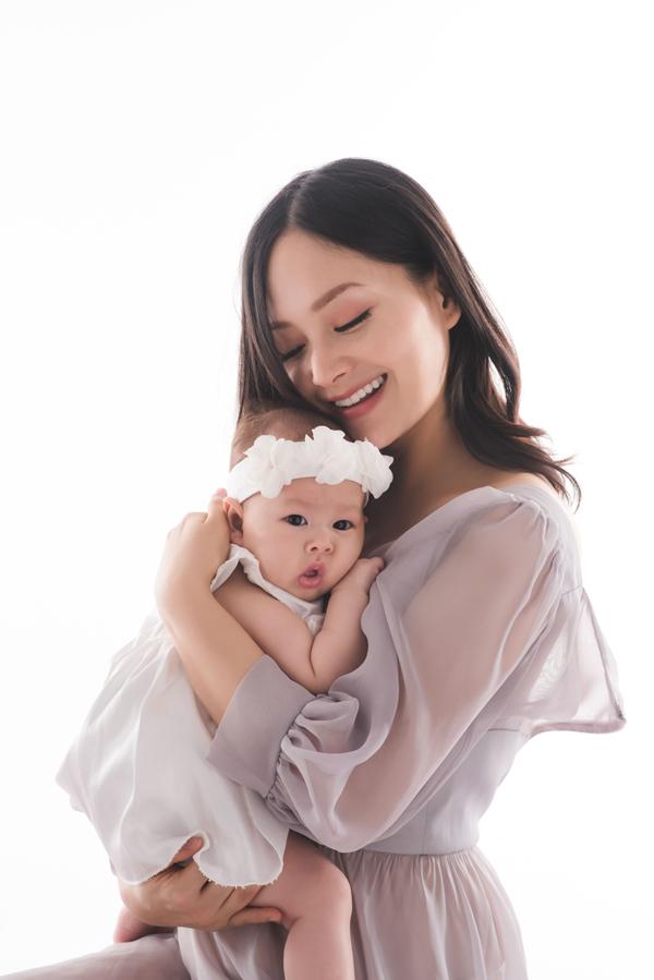 Không giấu nhẹm hình ảnh con như nhiều nghệ sĩ khác, Lan Phương thường xuyên cập nhật khoảnh khắc đáng yêu của thiên thần nhỏ trên mạng xã hội để khán giả yêu mến cô có thể theo dõi. Bé Lina đã 4 tháng tuổi, là trái ngọt đầu tiên trong cuộc hôn nhân của nữ diễn viên và ông xã ngoại quốc.