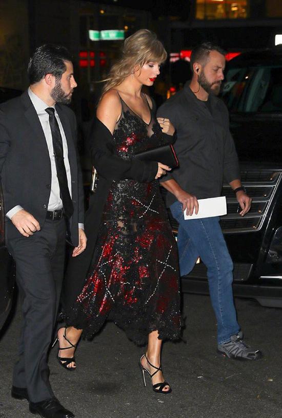 Để tránh gây sự chú ý, Taylor không xuất hiện trên thảm đỏ mà vào thẳng trong phòng chiếu phim. Sau hơn một năm hẹn hò kín đáo, đây là lần đầu tiên nữ ca sĩ đến một sự kiện ủng hộ bạn trai.